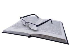 Пары черных стекел, зрелищ на черной книге с текстом стоковое изображение rf