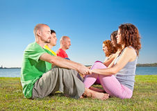 Пары, человек и женщина дерева практикуют asana йоги Стоковые Изображения