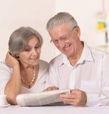 Пары читая газету Стоковая Фотография RF