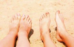 2 пары чуть-чуть feen на солнечном пляже песка Стоковое фото RF