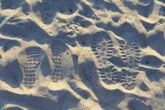 2 пары шагов в песок Следы влюбленности единение стоковые фото
