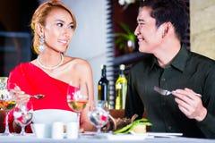 Пары штрафуют обедать в причудливом ресторане Стоковая Фотография RF