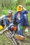 Пары экспертных woodsmen принимая пролом Стоковое Изображение