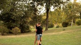 Пары любовников гуляя в празднике парка акции видеоматериалы
