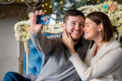 Пары любовников принимая selfie на smartphone во времени рождества Стоковые Изображения