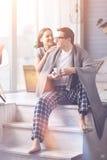 Пары любовников сидя совместно на поле Стоковое Изображение