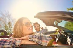 Пары любовников управляя на обратимых автомобильных новобрачных спаривают на романтичной дате стоковая фотография