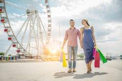 Пары любовников ходя по магазинам outdoors Стоковые Изображения RF