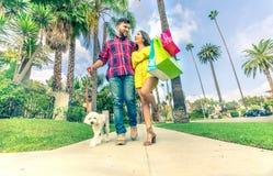 Пары любовников ходя по магазинам outdoors Стоковое Изображение RF