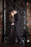 Пары любовной истории, день валентинки в роскошном интерьере Romance отношение, поцелуй Стоковые Фото