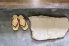 Пары японского традиционного ботинка на каменном поле стоковое фото rf