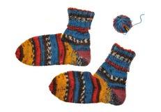 Пары ярких связанных striped носок и шарика Стоковые Изображения