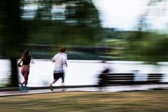 Пары Blurred идущие спортсменов стоковое изображение