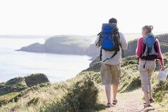 пары cliffside outdoors гуляя стоковое фото