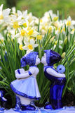 Пары Delfts голубые целуя с предпосылкой daffodil стоковая фотография rf