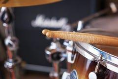 Пары drumsticks лежа на барабанчике Том-Тома Стоковое Фото