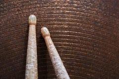 Пары drumsticks лежа на цимбале Стоковые Фотографии RF