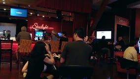 Пары enjoing их еда внутри ресторана казино сток-видео