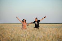 пары field идущие детеныши Стоковые Фотографии RF