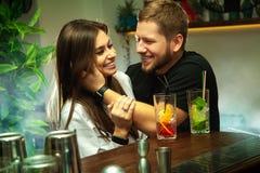 Пары flirting на баре Стоковые Изображения