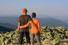 Пары Hiker на верхней части Стоковые Изображения