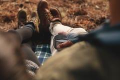 Пары Hiker сидя совместно outdoors Стоковое Изображение RF