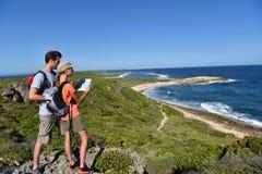 Пары hikers восхищая красивый ландшафт в островах carribbean Стоковое фото RF