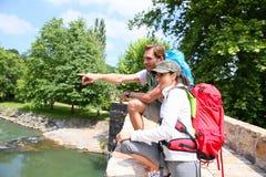 Пары hikers восхищая природу Стоковое Изображение