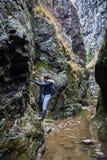 Пары hikers в каньоне Стоковая Фотография