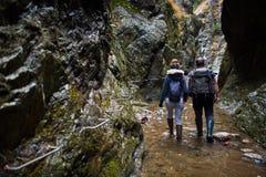 Пары hikers в каньоне Стоковые Фотографии RF
