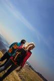 Пары hikers идя в горы Стоковое Изображение RF