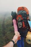 Пары hikers идя на тропу в горах Стоковое Изображение RF