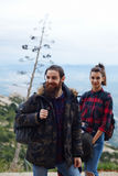 Пары hikers наслаждаясь outdoors Стоковые Фото