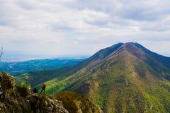 Пары hikers на наклонах горы Стоковое фото RF