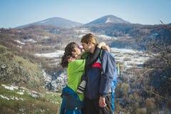 Пары hikers с рюкзаками и камеры на скале горы Стоковая Фотография RF