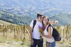 Пары hikers с рюкзаками на горе Стоковые Изображения RF