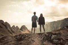 Пары hikers na górze горы Стоковые Фотографии RF