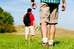 пары hiking детеныши Стоковое Изображение RF