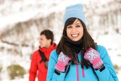 Пары hiking на горе зимы Стоковые Фотографии RF