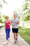 Пары jogging в парке Стоковые Фотографии RF