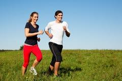 пары jogging outdoors лето спорта стоковые фотографии rf