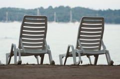 Пары loungers на пляже Стоковое фото RF