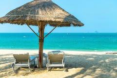 Пары loungers пляжа на дезертированном море побережья стоковые изображения rf