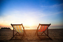 Пары loungers пляжа на дезертированном море свободного полета на восходе солнца Стоковые Фотографии RF
