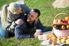 Пары lounging на пикнике outdoors Стоковое фото RF