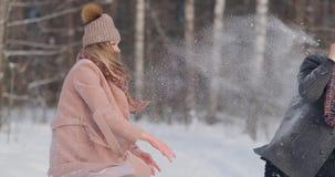 пары outdoors играя детенышей ландшафта часы зимы сезона акции видеоматериалы