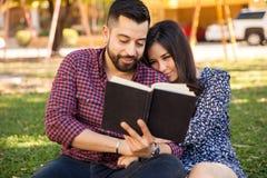 пары outdoors читая Стоковое Фото