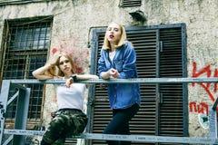 Пары ouyside на улицах охлаждая, образа жизни p девочка-подростков стоковые фото