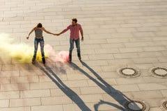Пары rollerblading в улице Стоковые Изображения