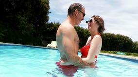 Пары romancing в бассейне видеоматериал